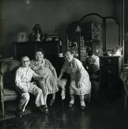 sat March30 FaheyKlein diane-arbus-russian-midget-friends-in-a-living-room-on-100th-street-n-y-c-1963